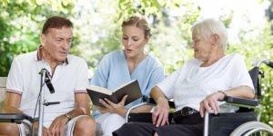 Praca w opiece senioralnej to możliwość powrotu do zawodowej aktywności