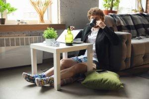 Spożywanie alkoholu w trakcie home office. Czy pijemy w trakcie pracy zdalnej?